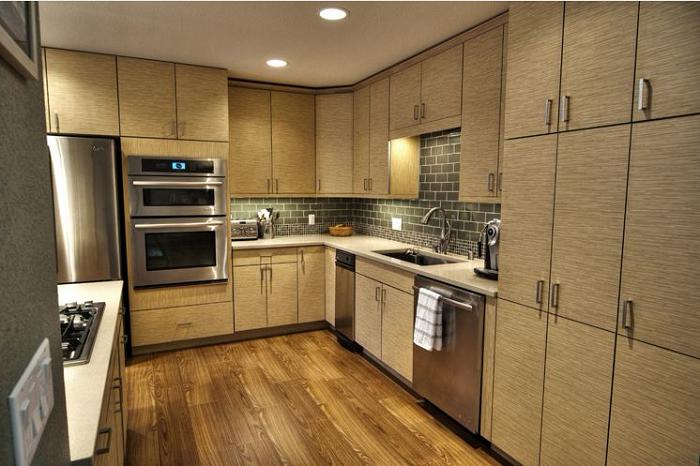 Tủ bếp gỗ Laminate vân xước ngang màu sắc tính tế, đầy đủ tiện nghi