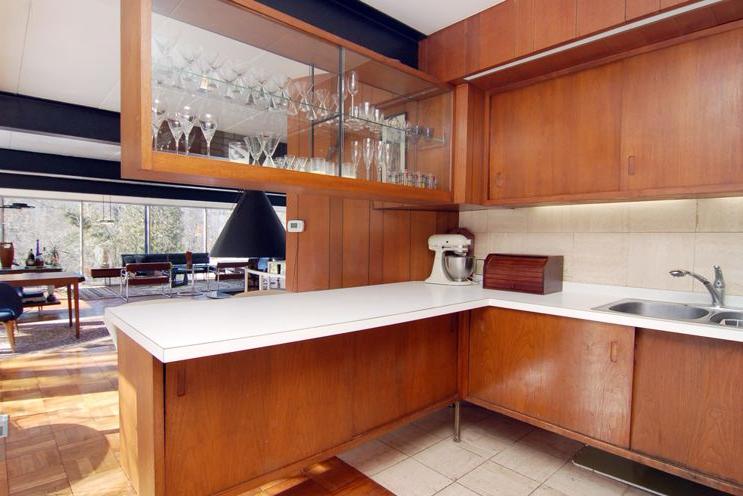 Mẫu tủ bếp gỗ Laminate vân giả gỗ kết hợp kệ rượu sang trọng