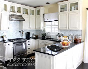 Tủ bếp gỗ sồi Nga sơn trắng XD03 là mẫu tủ bếp gỗ tự nhiên thân thiện với môi trường và có mùi thơm nhẹ nhàng, đồng thời độ cứng và độ bền tương đối cao cao nhờ đặc tính nhẹ và kết cấu khá chắc chắn.