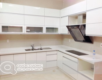 Tủ bếp Acrylic AR 36 có mặtđá trắng vân sứ đồng màu với màucủa tủ bếp.