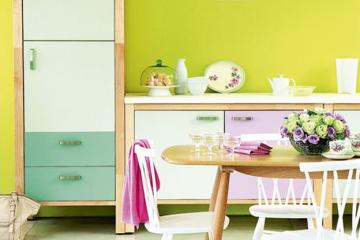 Những gam màu kì lạ , ấn tượng trên tường và tủ bếp