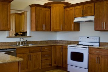 So sánh tủ bếp gỗ Xoan Đào với gỗ Sồi Nga.