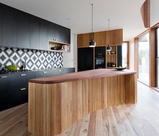 Tủ bếp laminate phối hợp với đảo bếp hiện đại