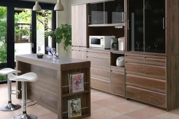 Mẫu tủ bếp gỗ óc chó kết hợp quầy bar sang trọng và hiện đại