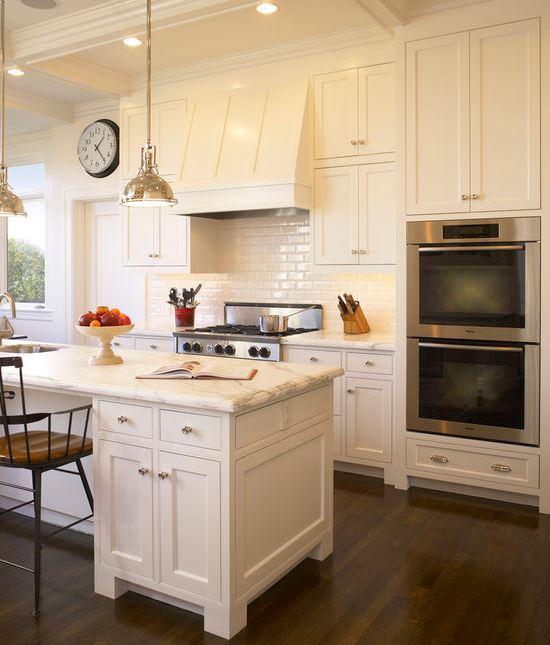 Phong cách tân cổ điển với tủ bếp gỗ tự nhiên sơn màu trắng