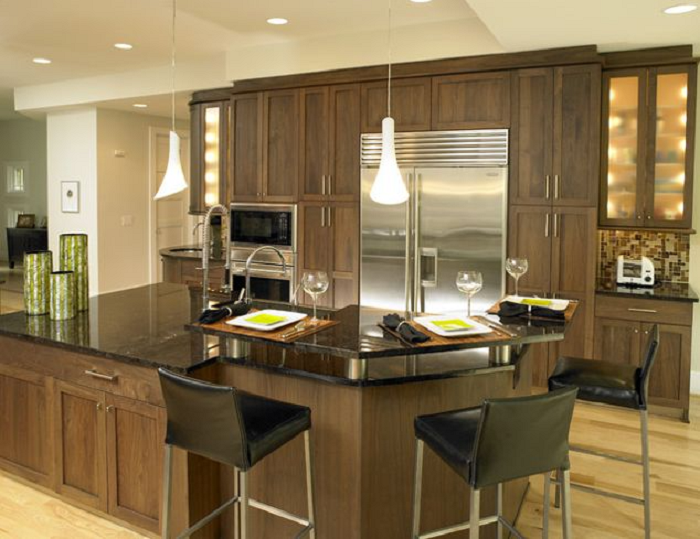 Màu sắc cổ điển của tủ bếp gỗ óc chó kết hợp kiểu dáng hiện đại tạo sự hài hòa cho căn bếp của gia đình