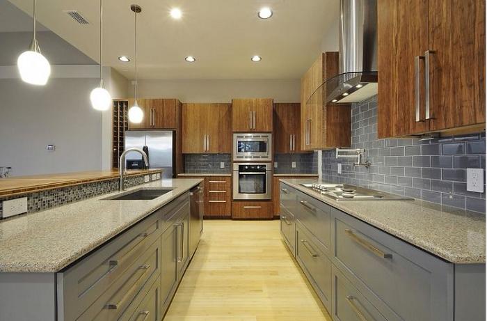 Thiết kế tủ bếp gỗ xoan đào phù hợp không gian bếp rộng với đầy đủ tiện nghi