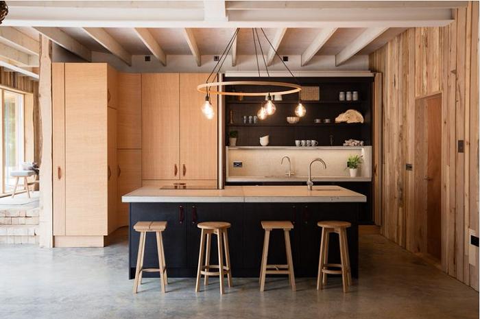 Sự phối hợp độc đáo giữa phong cách tủ bếp gỗ xoan đào với thiết kế ngôi nhà