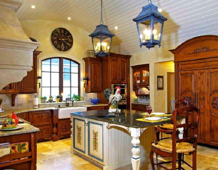 Màu sắc vân gỗ đặc trưng của mẫu tủ bếp gỗ xoan đào tạo sự nổi bật cho căn bếp