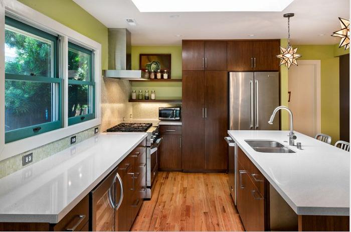 Tủ bếp gỗ Hương kiểu dáng chữ L kết hợp bàn đảo giúp người nội trợ thuận lợi hơn khi nấu nướng món ăn