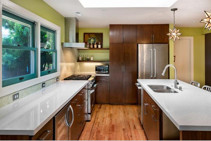 Mẫu tủ bếp gỗ Lát đẹp phfu hợp với không gian bếp rộng và nhà vườn