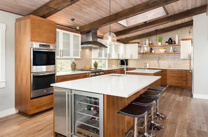 Căn bếp hiện đại, trẻ trung hơn với thiết kế đơn giản, tiện nghi và tính thẩm mỹ cao của màu sắc tủ bếp gỗ Lát