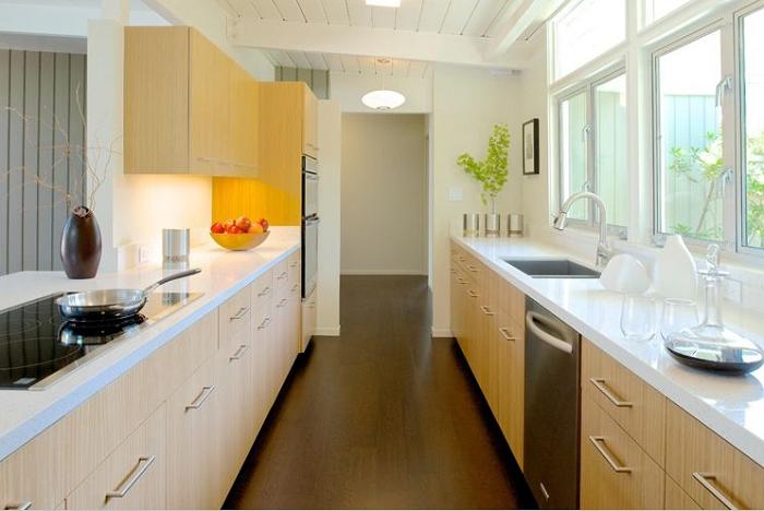 Kiểu dáng song song của tủ bếp gỗ sồi giúp tận dụng tối đa diện tích và phù hợp căn bếp dài và rộng