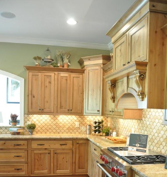 Không gian bếp trở nên ấn tượng và ấm cúng hơn với tủ bếp gỗ sồi Nga