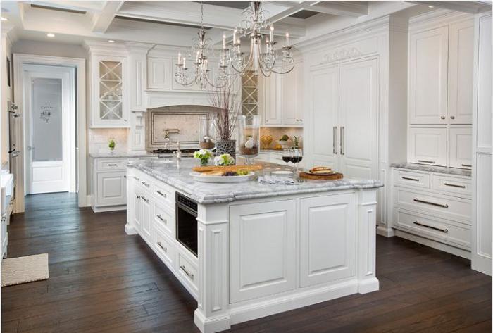 Tủ bếp gỗ sồi Nga màu trắng phong cách tân cổ điển phù hợp trong các ngôi biệt thự