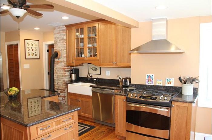 Kiểu dáng chữ I của tủ bếp gỗ Sồi Nga giúp tiết kiệm tối đa diện tích căn bếp