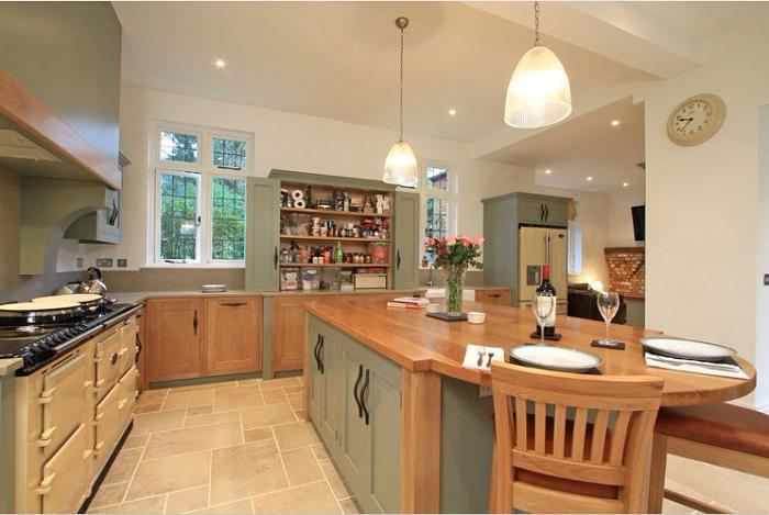 Thiết kế tủ bếp gỗ MFC đơn giản, màu sắc ấn tượng góp phần tạo sự ấm cũng cho căn bếp