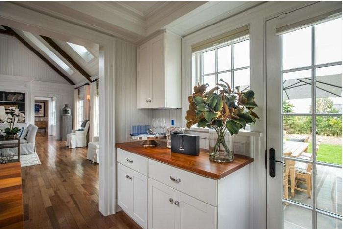 Mẫu tủ bếp gỗ có thiết kế không gian đẹp thoáng đãng dành cho nhà biệt thự sân vườn
