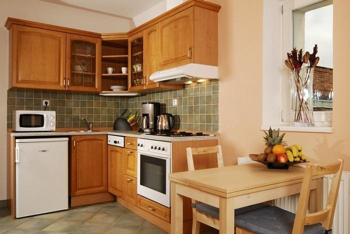 Tủ bếp gỗ tự nhiên tạo cảm giác ấm cúng cho không gian bếp nhà bạn